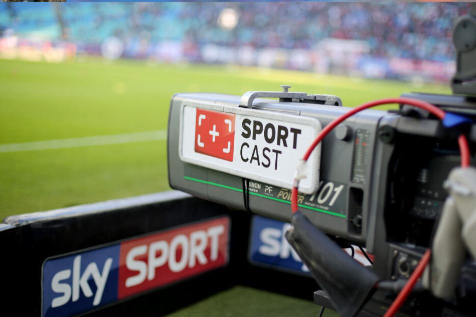 Die Fußball-Bundesliga wird in der kommenden Saison auch wieder vom Pay-TV-Sender Sky übertragen.