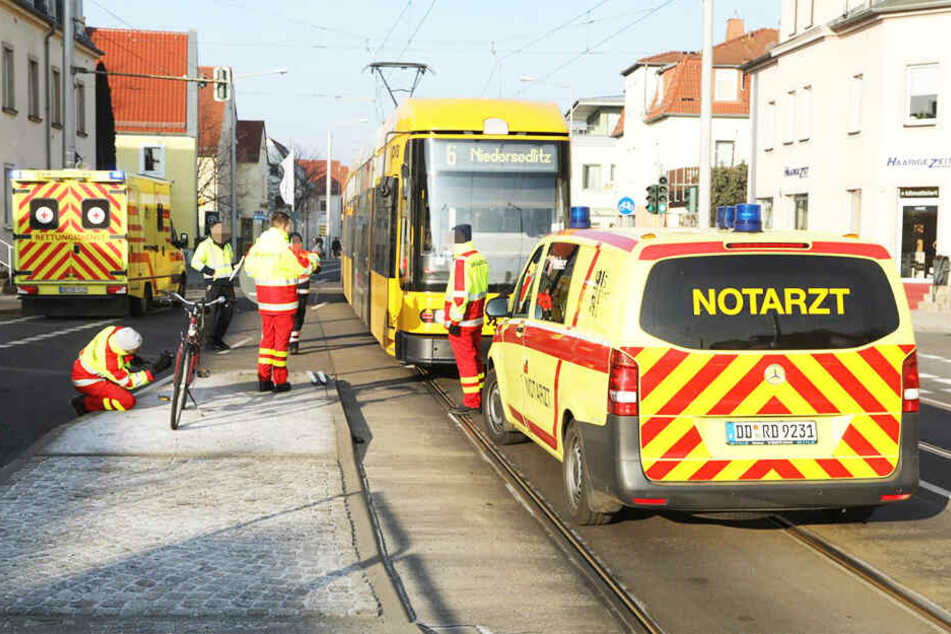 Bei einem Unfall mit einer Straßenbahn ist im Dresdner Stadtteil Leuben ein 77-Jähriger leicht verletzt worden.