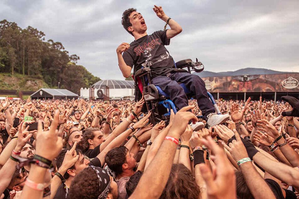 Unheimlich schöne Szene: Hunderte Hände tragen den Rollstuhlfahrer während des Konzertes. Was für eine Geste!