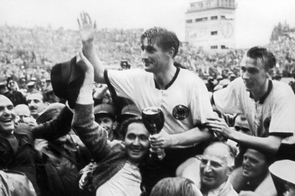 1954 wurde Deutschland Fußball-Weltmeister - auf Schultern getragen: Kapitän Fritz Walter (l.) und Horst Eckel (r.).