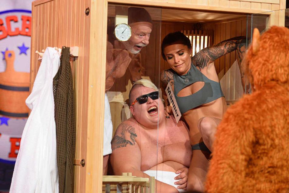 Sophia Thomalla (27) macht es sich mit Hans Entertainment (22, m.) und Bill Mockridge (69) in der Sauna gemütlich.