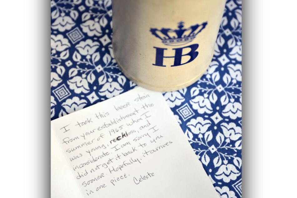 Ein Bierkrug vom Hofbräuhaus und ein Brief der Amerikanerin Celeste Sweeney liegen im Hofbräuhaus auf einem Tisch.