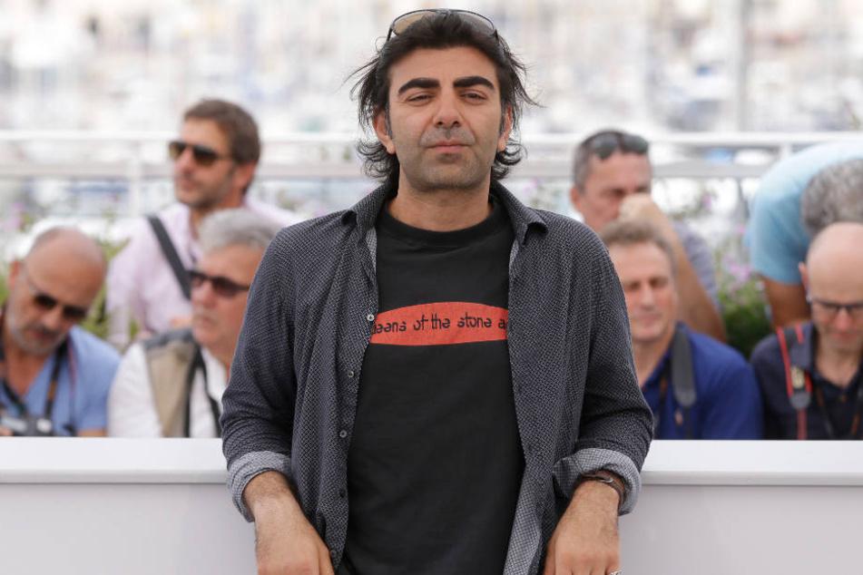 Fatih Akin posiert lässig bei den Filmfestspielen in Cannes (Archivbild).
