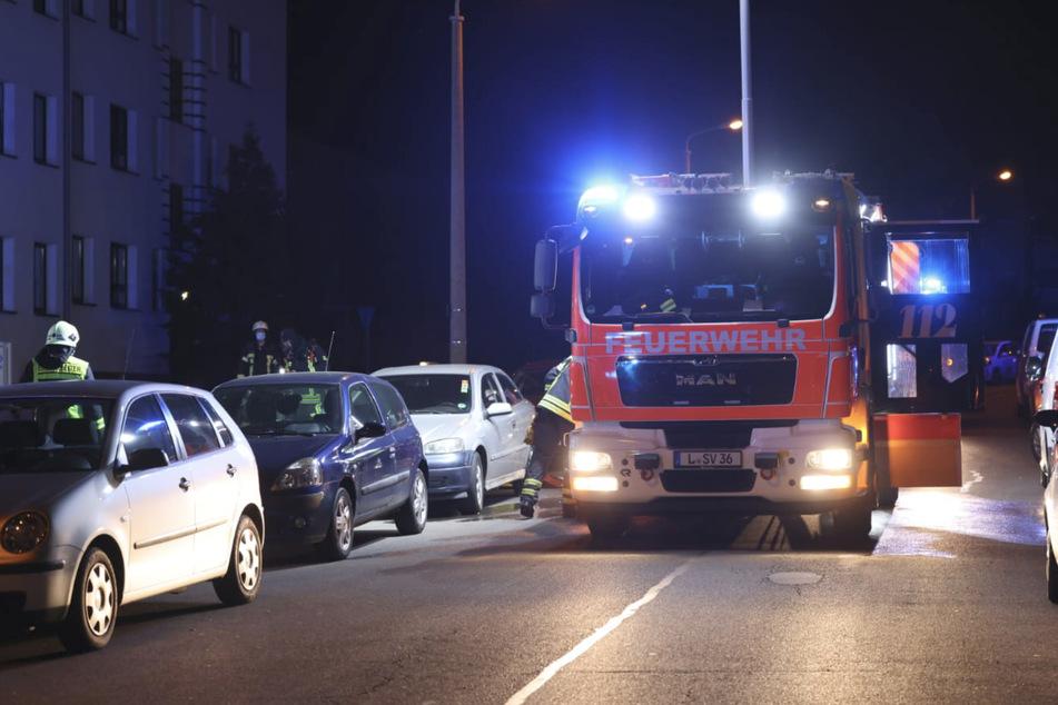 Die Einsatzkräfte der Feuerwehr bargen die Leiche einer 62-Jährigen aus der Brandwohnung.
