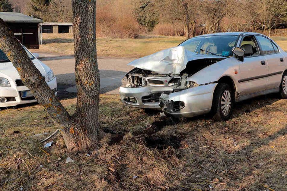 Die Mitsubishi-Fahrerin fuhr erst in Schlangenlinien und krachte dann am Hohen Hain in Limbach-Oberfrohna gegen einen Baum.