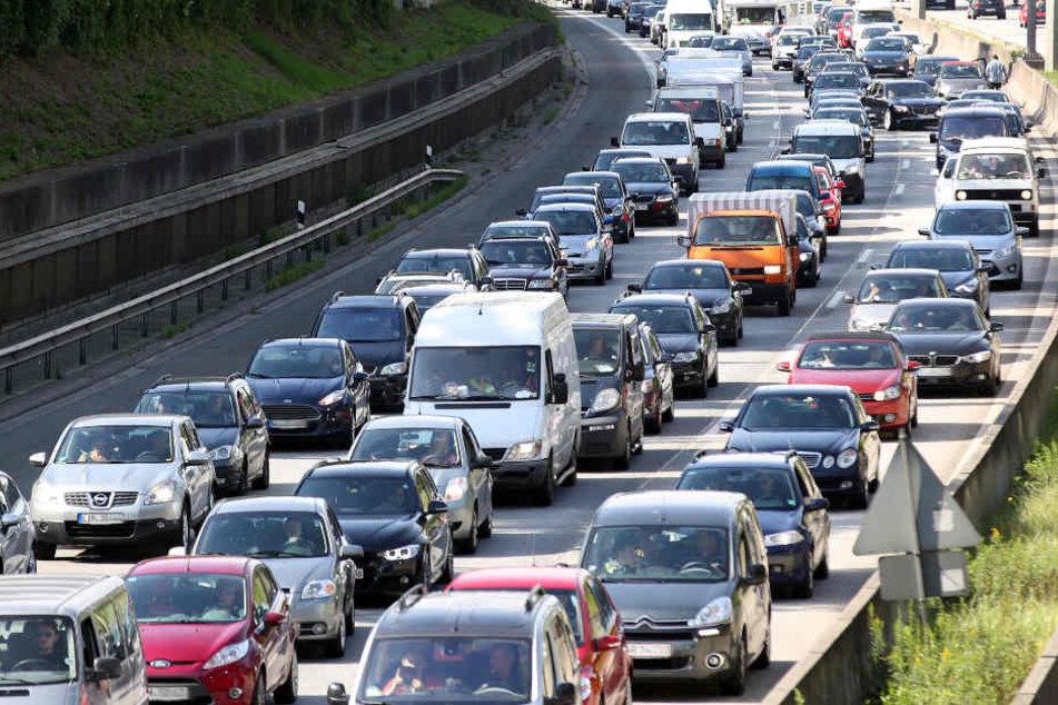 Vor allem im Großraum Hamburg brauchen Autofahrer viel Geduld. (Archivbild)