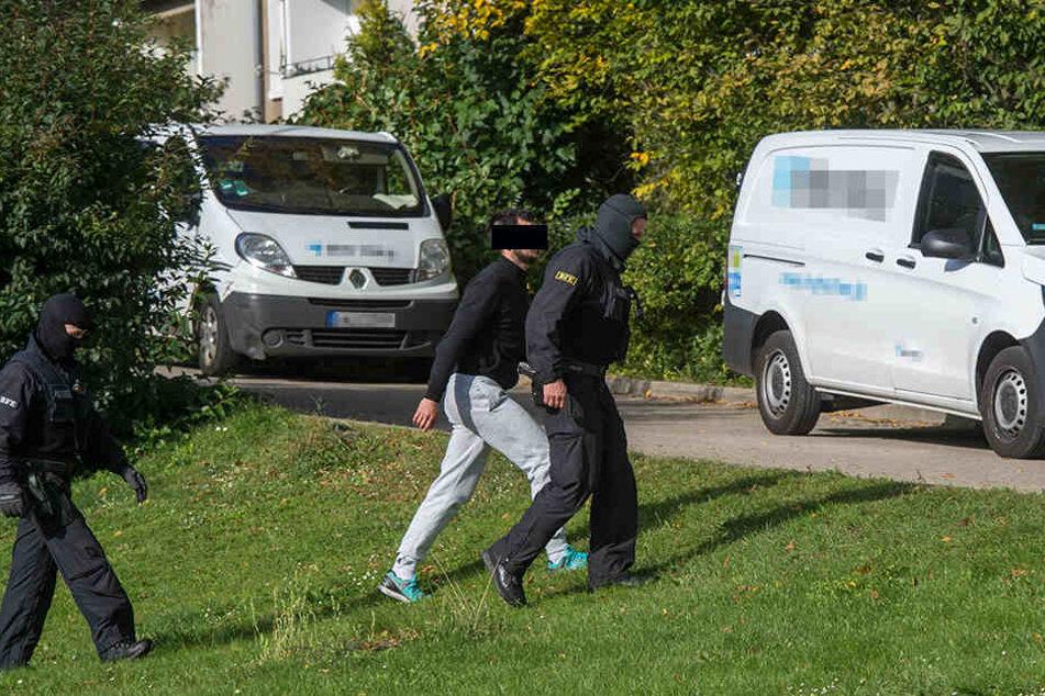 Mehrere Personen wurden vorläufig festgenommen.