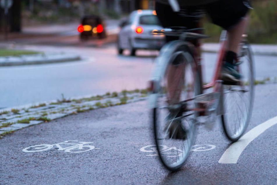 Erst riefen die Männer dem Radfahrer freche Sprüche zu, dann prügelten sie auf ihn ein, als er sich wehrte. (Symbolbild)