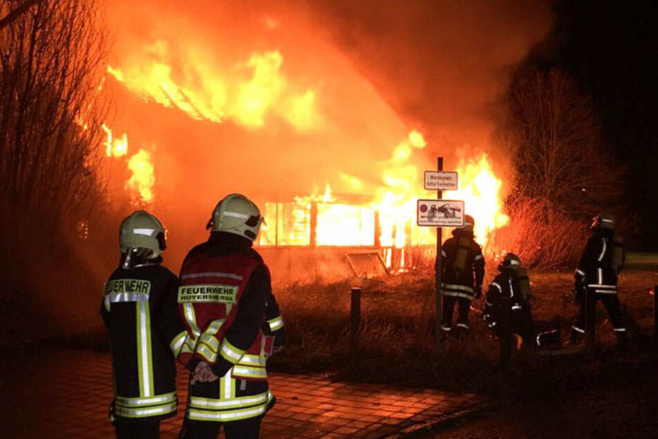 Die Feuerwehr lässt das Gebäude nun kontrolliert abbrennen.