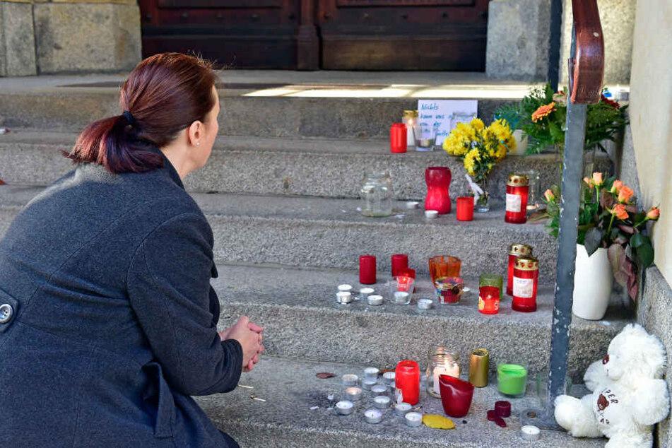 Die Annaberger trauerten mit Blumen und Kerzen um den toten Jungen.