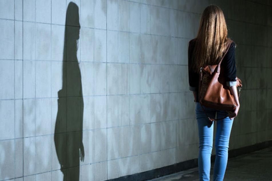 Sie war auf dem Heimweg: Mann versucht, Frau hinterrücks zu erschlagen