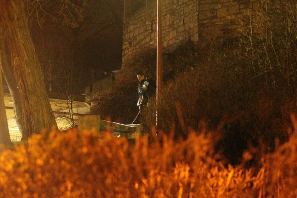 Polizisten sicherten am Abend Spuren am Unglücksort.