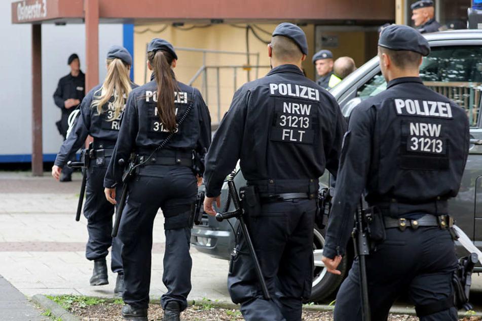Polizisten sicherten am Freitag den Wohnblock.