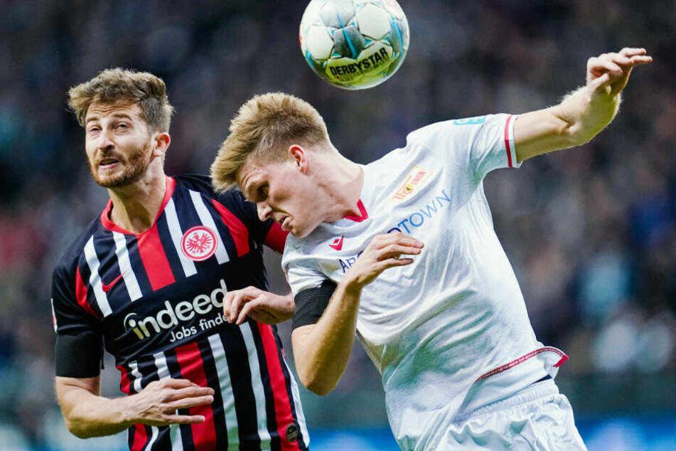 Berlins Marius Bülter (r.) und Frankfurts David Abraham kämpfen um den Ball: Bei der Heimniederlage gegen Union Berlin zeigte sich die Eintracht-Abwehr ungewohnt anfällig.