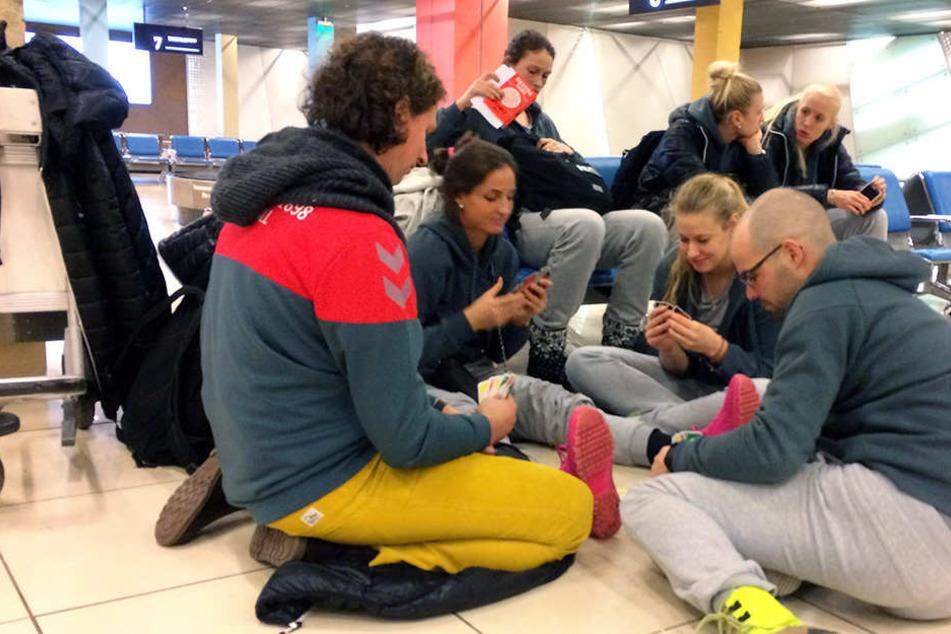 Spielerinnen und Physios ließen sich die Laune nicht verderben: Sie spielten Uno.