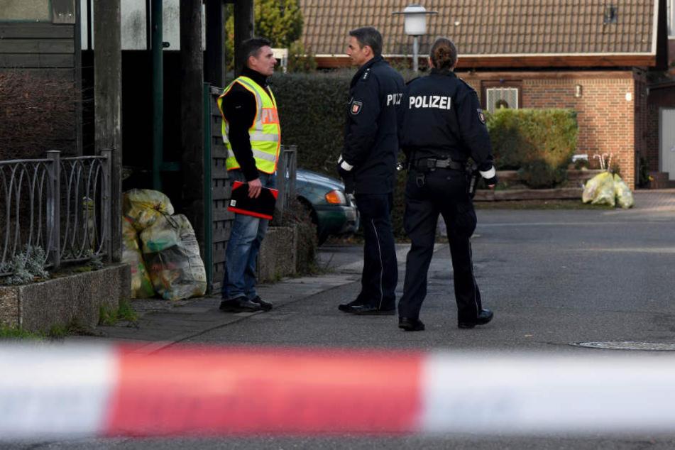 Die Polizei hat den Tatort abgesperrt und sucht nach Spuren.