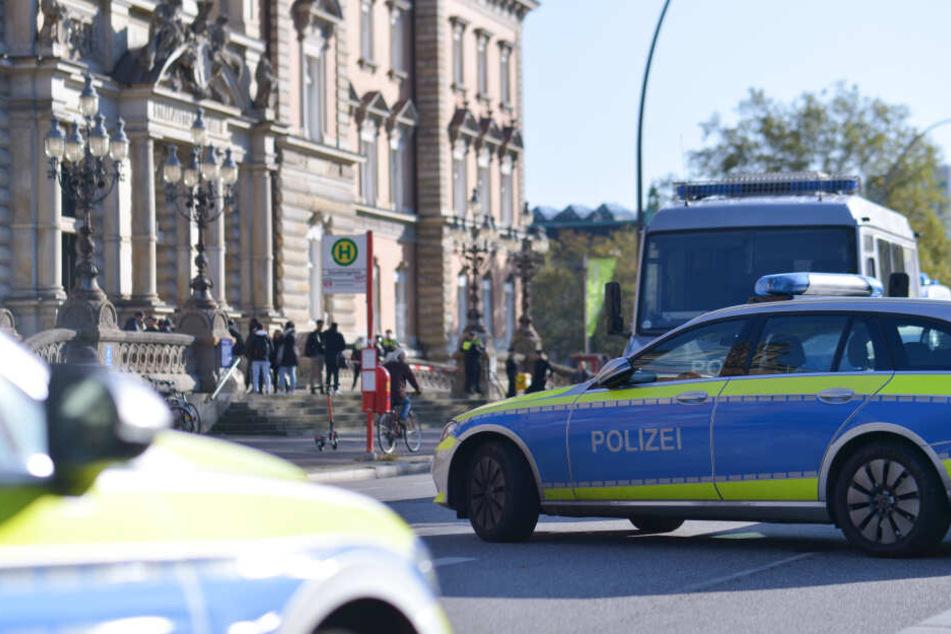 Vor dem Hamburger Landgericht hat sich ein Mann am Dienstagvormittag mutmaßlich selbst mit einem Messer verletzt.