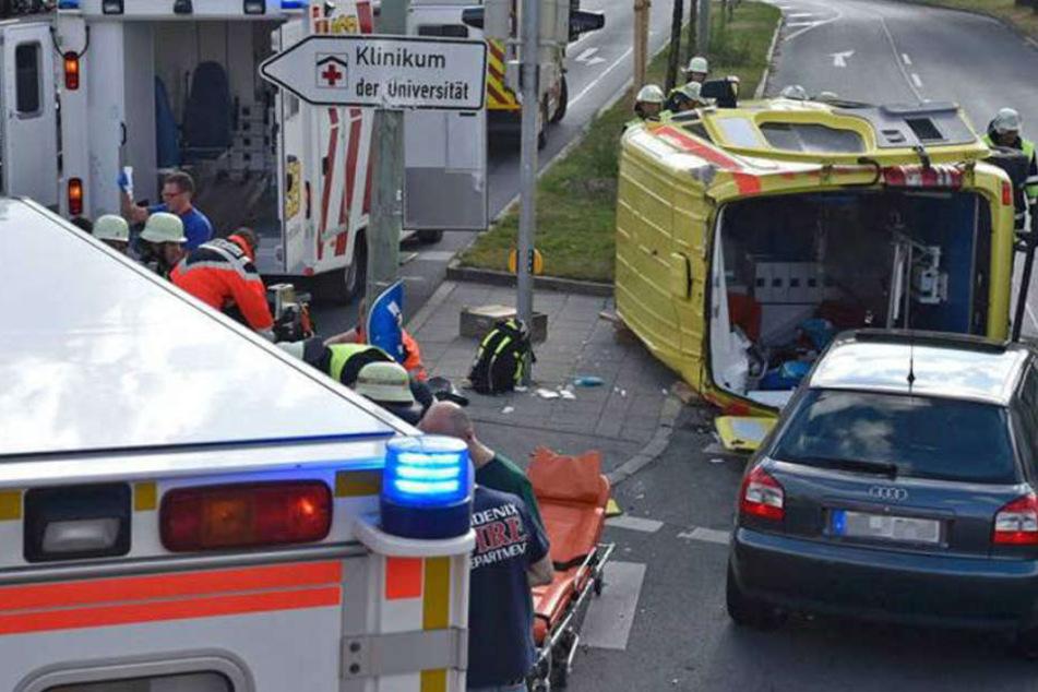 Rettungswagen bei Crash umgekippt: Patient und Arzt verletzt