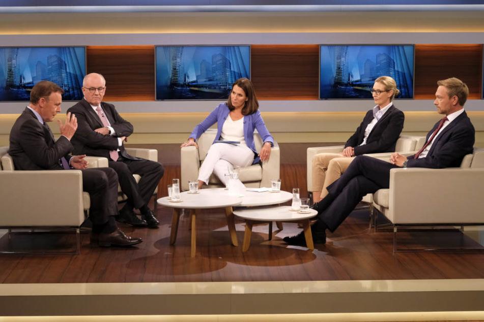 Thomas Oppermann (SPD, l-r), Volker Kauder (CDU), Moderatorin Anne Will, Alice Weidel (AfD) und Christian Lindner (FDP).