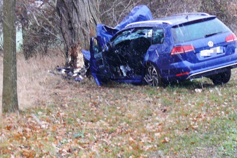27-Jähriger kracht mit Firmenauto gegen Baum und klemmt unter Lenkrad fest