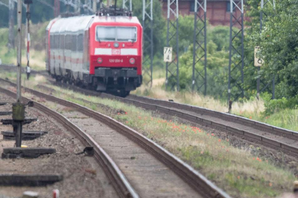 Ein Zug wurde massiv beschädigt. Verletzt wurde keiner. (Symbolfoto)