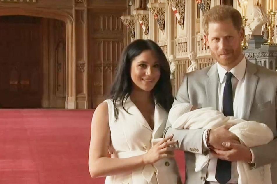 Meghan und Harry zeigten sich erstmals zusammen mit ihrem Baby vor laufender Kamera.