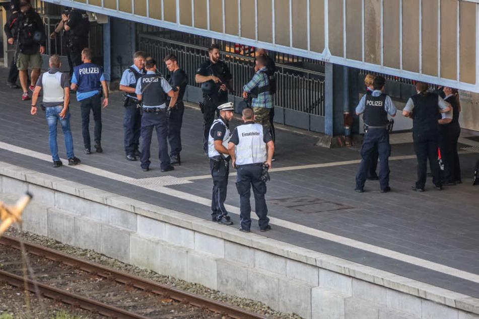 Polizisten sichern nach der Tat den Bahnsteig am Flensburger Hauptbahnhof. (Archivbild.)
