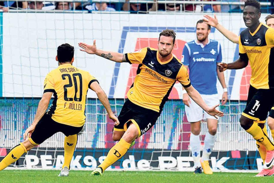Manuel Konrad (Nummer 5) hat abgezogen, der Ball schlägt zum 2:1 für Dynamo im Darmstädter Kasten ein.