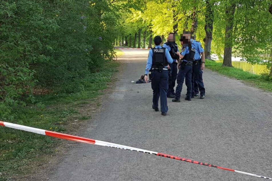 Die Polizei hat den Tatort abgesperrt, sichert Spuren und befragt Zeugen.