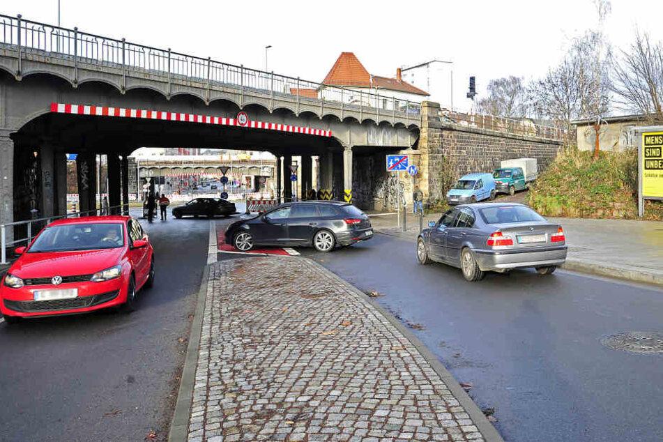 Bitte wenden: Autofahrer wussten nichts von der neuen Baustelle am Kreisverkehr in der Reichenhainer Straße.
