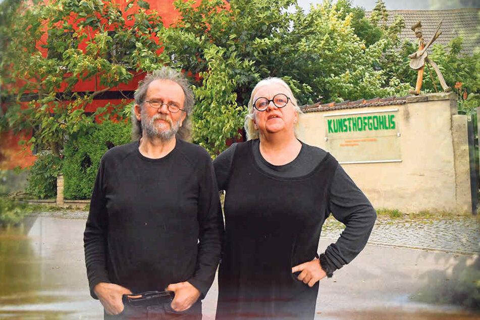 Von der Räumungsklage in ihrer Existenz bedroht: Sigrid Koerner (62) und Uwe Piller (63) vor dem Kunsthof Gohlis. Sie sollen hier bis Jahresende ausziehen.