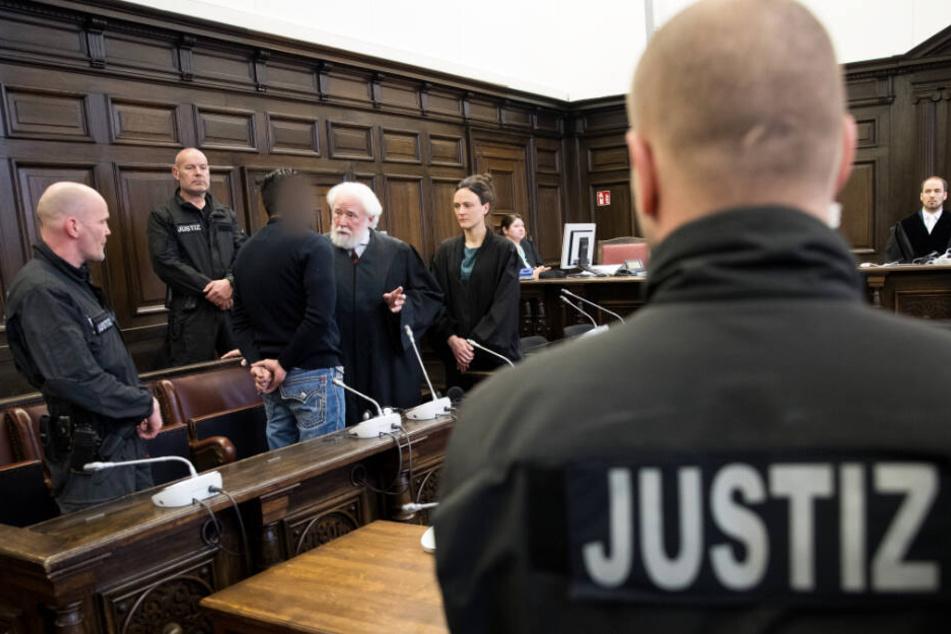 Der angeklagte Arasch R. redet mit seinen Anwälten. (Archivbild)