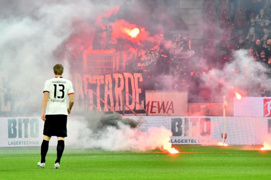 Martin Hinteregger steht vor der Fankurve der Eintracht-Anhänger. Durch deren Feuerwerk startete die Partie mit rund zehn Minuten Verspätung.
