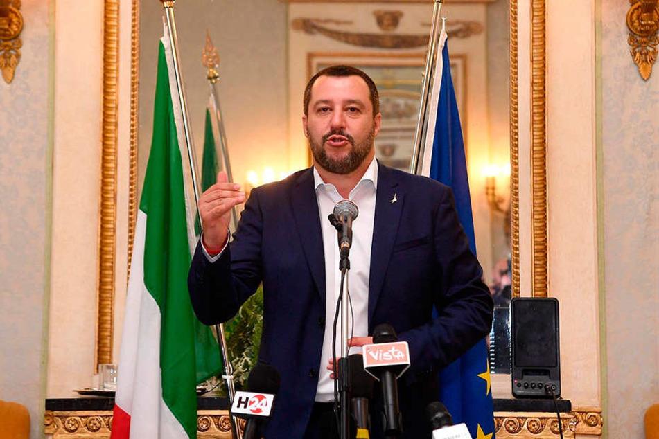 """Italiens Innenminister Salvini hat angekündigt, zwei deutsche Rettungsschiffe von italienischen Häfen abzuweisen. Darunter soll auch das Schiff """"Seefuchs"""" sein."""