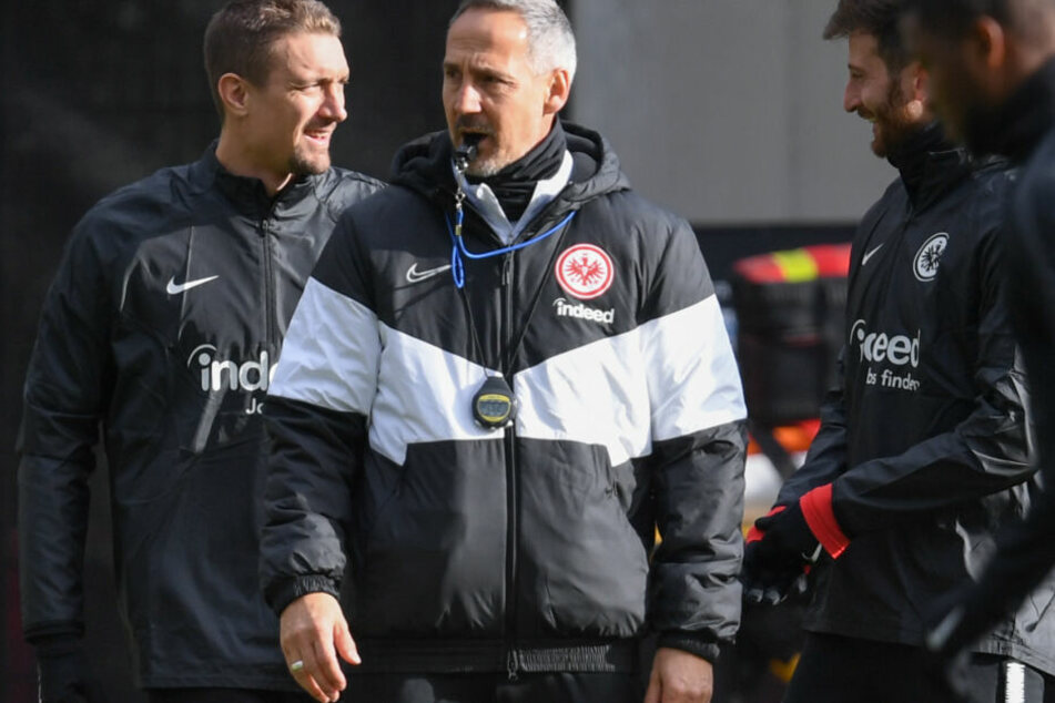 Coach Adi Hütter (Mi.) beim Training der Eintracht. Neben ihm Neuzugang Stefan Ilsanker (Li.) und Kapitän David Abraham (Re.).