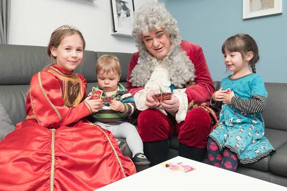 Die künftige Pfefferkuchenprinzessin Annabell Lina (7, l.) stellt dem König ihre Geschwister Elisabeth (4) und Oskar (1) vor.