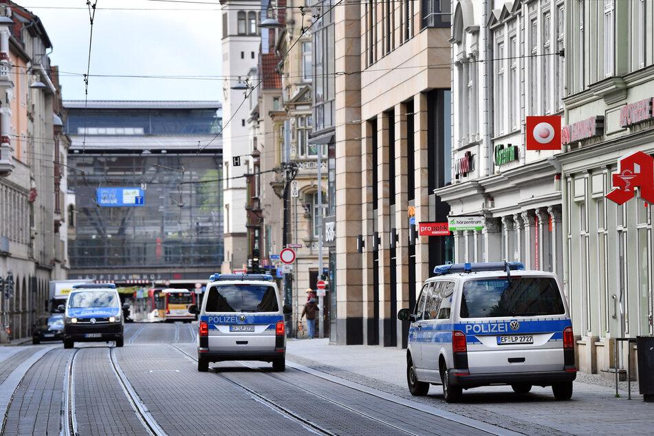 Mit mehreren Fahrzeugen patrouilliert die Thüringer Polizei in der Bahnhofstraße.