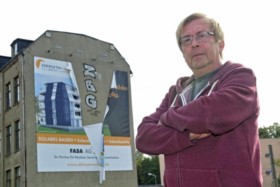 Fasa-Sprecher Gerald Schwenk (56) ärgert sich über die von Sprayern zerschnittene Werbeplane.