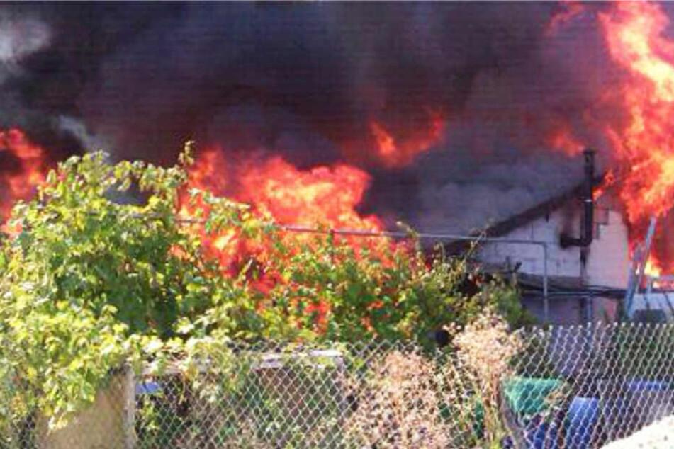 Die Einsatzkräfte erfuhren erst vor Ort, dass eine Gartenhütte in Flammen stand (Symbolbild).