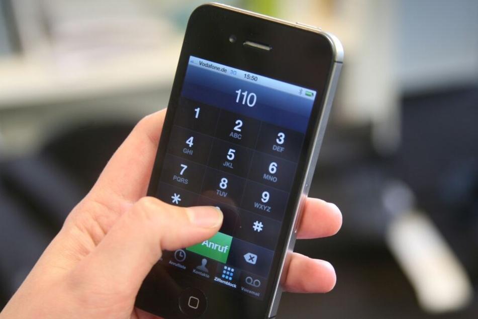 Immer wieder zückte der Mann sein Handy und rief bei der Polizei an. (Symbolbild)