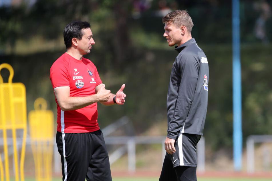 Steve Breitkreuz (r.) während des Vorbereitungscamps auf der Insel Rügen im Gespräch mit Trainer Daniel Meyer.