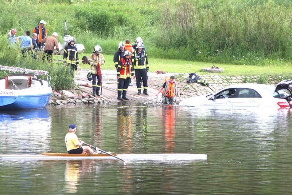 Eigentlich sollte es ein schöner Segelboottrip werden. Doch dann mussten Rettungskräfte sich um einen in der Elbe gelandeten Mercedes kümmern.