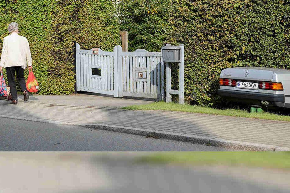 Böse ausgeheckt: Das Mercedes-Hinterteil ist nur Attrappe, die Botschaft aber lautet: Frauen können nicht einparken. Die Passantin links im Bild scheint davon ungerührt.
