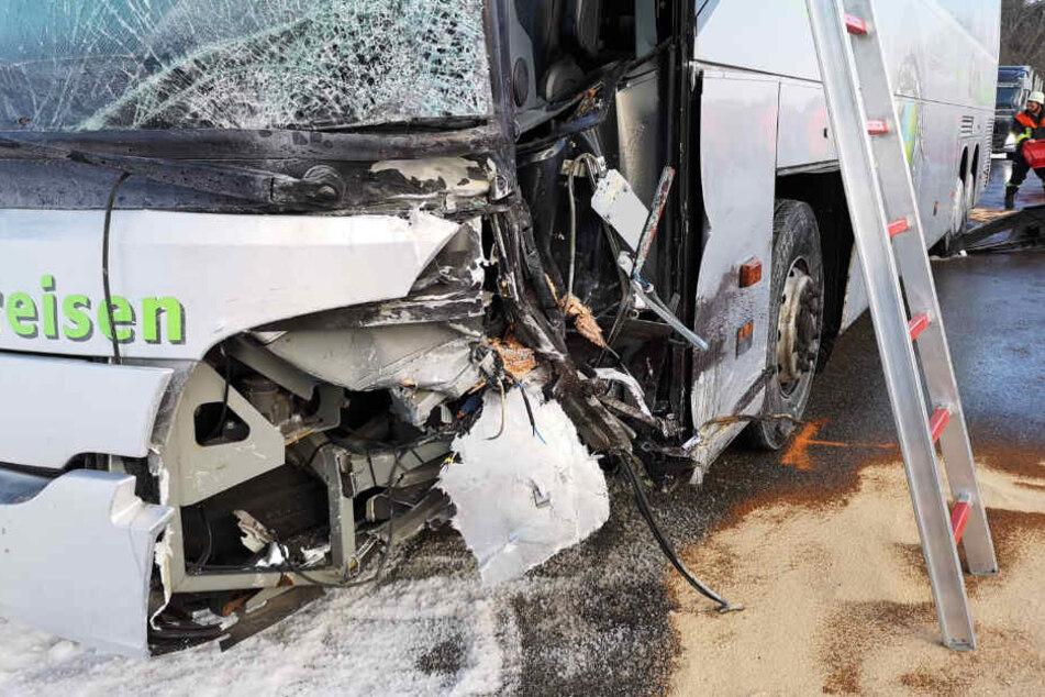 Ein Bus wurde bei einem Unfall bei Wertach in Bayern schwer beschädigt.
