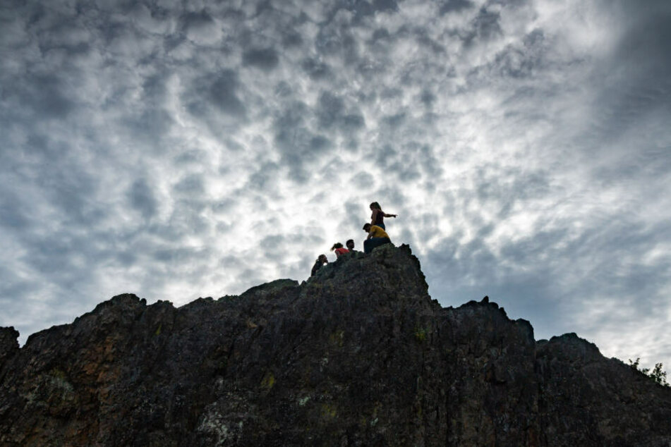 Der Junge und das Mädchen konnten von einem zehn Meter hohen Felsen nicht mehr weiterklettern. (Symbolbild)