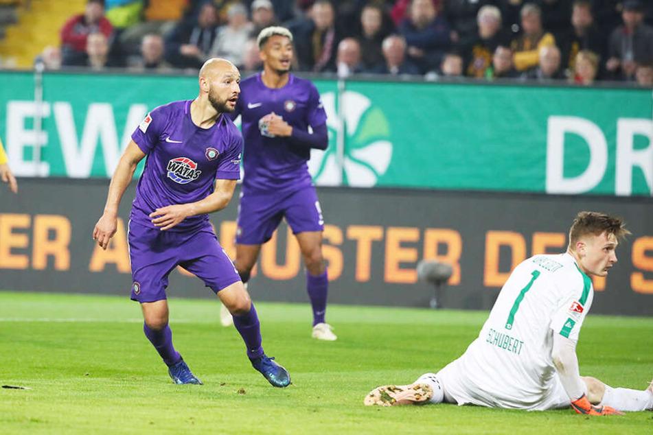 Im Hinspiel überwand Philipp Riese (l.) Dynamos Keeper Markus Schubert zum 0:1. Am Ende hieß es 1:1.