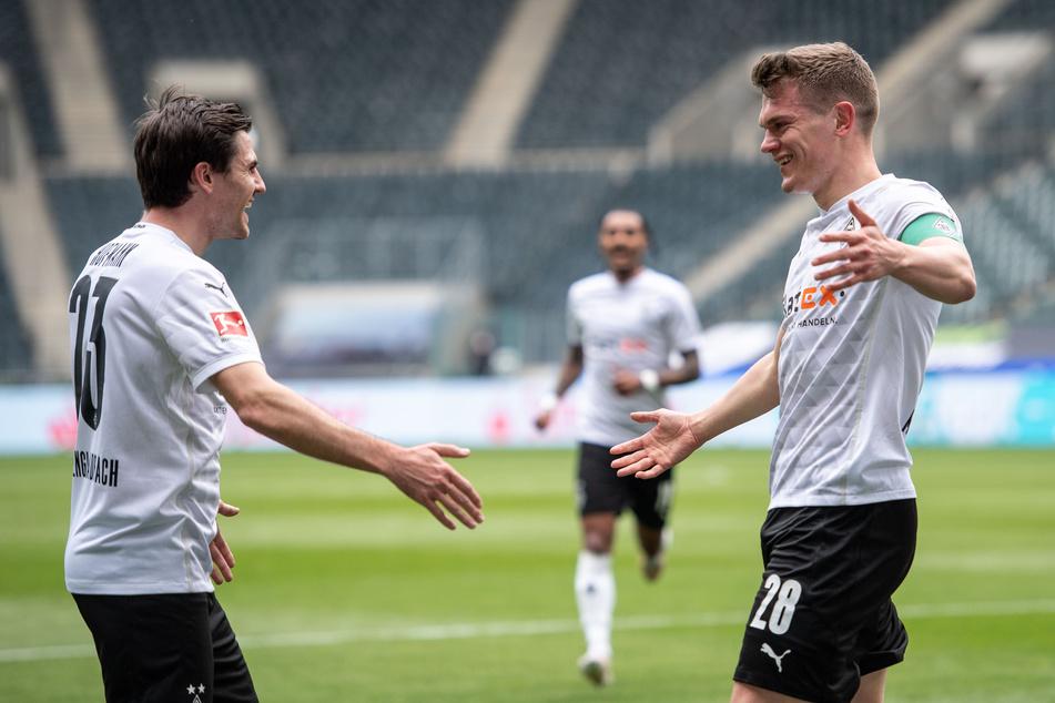 Gladbachs Jonas Hofmann (29, l.) und Matthias Ginter (27, r.) gehören zu den Spielern, an denen der FC Bayern derzeit Interesse gezeigt haben soll.