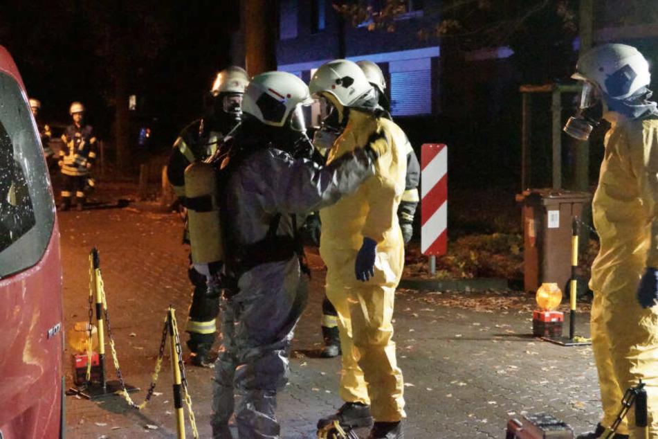 Kiste mit verdächtigen Symbolen: Feuerwehr muss in Schutzanzügen ran