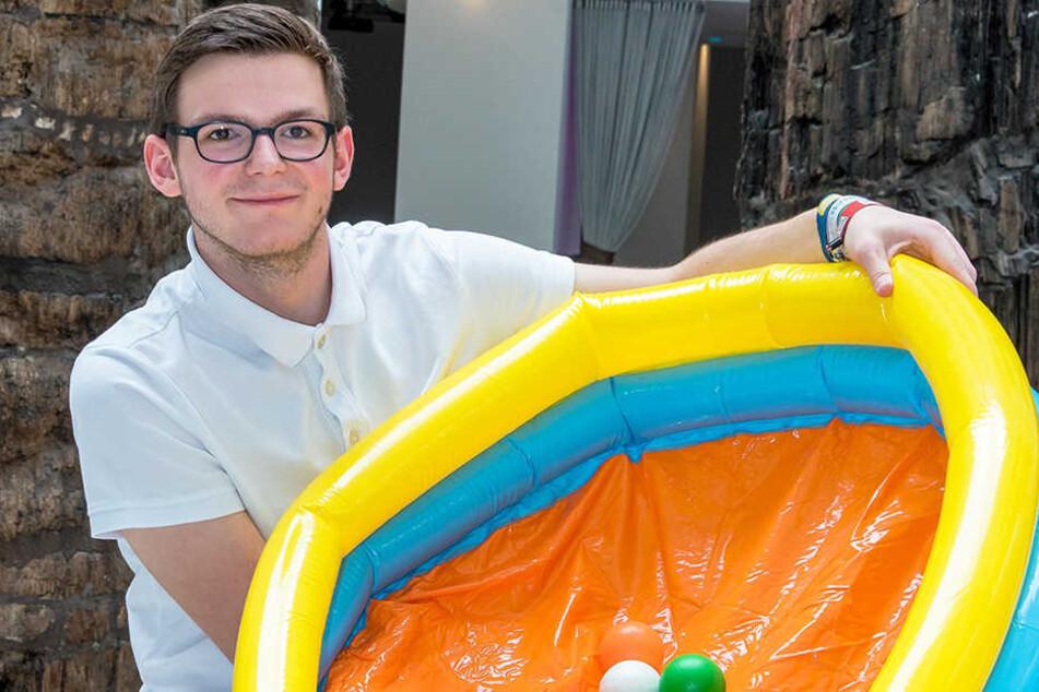 Erik Neubert (21) macht auf 875 Bällen wichtige Daten zur Stadtgeschichte greifbar.