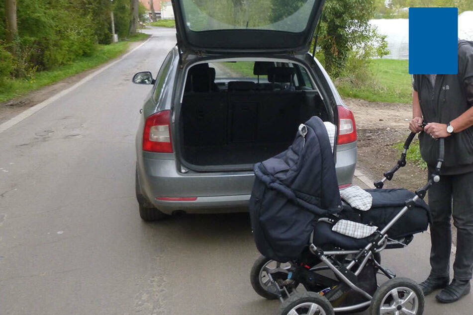An diesem Skoda hing der Kinderwagen.